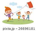 正月に凧揚げをして遊ぶ家族 26696181