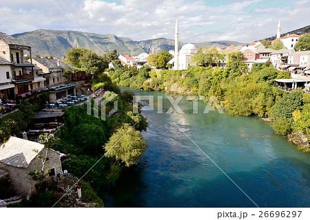 コバルトグリーンのネレトヴァ川と白いモスク 26696297