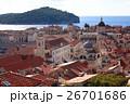 赤い屋根が並ぶドブロブニク旧市街とアドリア海の青い海 26701686