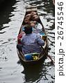 タイ バンコクのダムヌンサドゥアク水上マーケット 小舟を漕ぎながらココナッツジュースを売る女性 26745546