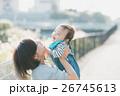 親子 赤ちゃん 抱っこの写真 26745613