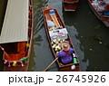 タイ バンコクのダムヌンサドゥアク水上マーケット 小船を漕ぎながらココナッツジュースを売る女性 26745926