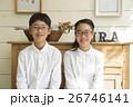 メガネをかけた男の子と女の子 26746141