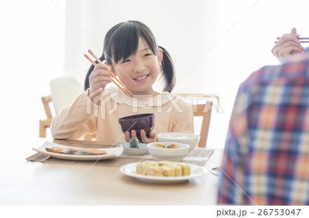 朝食を食べる女の子 26753047