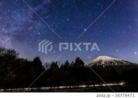 富士山、冬の天の川 26778471