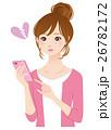 スマホを見る若い女性 26782172