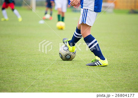 サッカーをする小学生 26804177