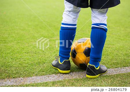 サッカーをする男の子 イメージ 26804179