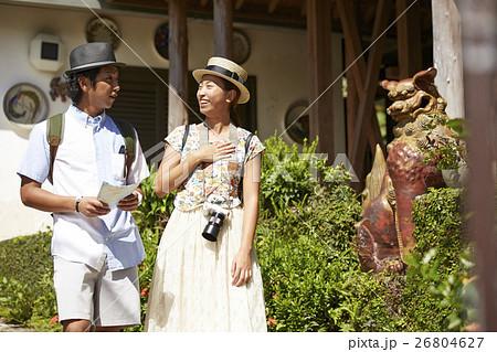 沖縄を観光するカップル シーサー 26804627