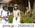 沖縄を観光するカップル シーサー 26804628