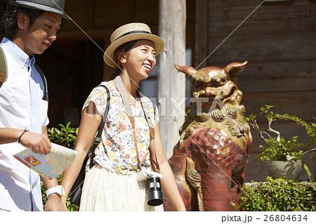沖縄を観光するカップル シーサー 26804634