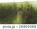 沖縄を観光する男女 さとうきび畑 26805088