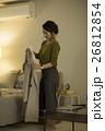 ハンガーにコートをかける女性 26812854