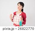 洗剤と雑巾を持つ若い女性 26822770