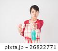 洗剤と雑巾を持つ若い女性 26822771