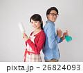 洗剤と雑巾を持つ若いカップル 26824093