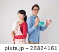 洗剤と雑巾を持つ若いカップル 26824161