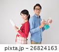 洗剤と雑巾を持つ若いカップル 26824163