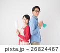 洗剤と雑巾を持つ若いカップル 26824467