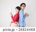 洗剤と雑巾を持つ若いカップル 26824468