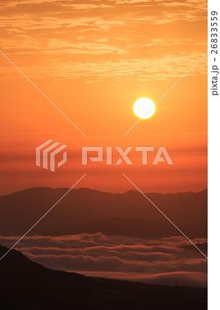 昇る朝日と雲海 -蒜山高原 鬼女台(きめんだい)展望休憩所より- 26833559