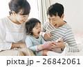 家族 笑顔 絵本の写真 26842061