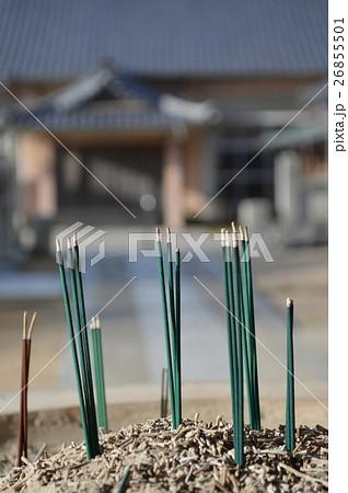 お寺に供えられた線香 perming写真素材 26855501