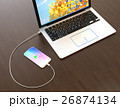 ノートパソコンと接続して充電しているスマートフォンのイメージ 26874134