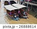 タイ バンコク郊外のアムパワー水上マーケット 運河沿いに浮かぶエンジン付きボート 26888614
