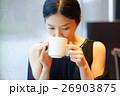 カフェでくつろぐ女性 26903875