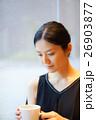 カフェでくつろぐ女性 26903877