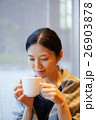 カフェでくつろぐ女性 26903878