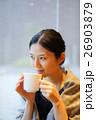 カフェでくつろぐ女性 26903879