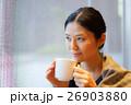 カフェでくつろぐ女性 26903880