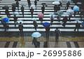 傘を差して横断歩道を渡る人々 26995886