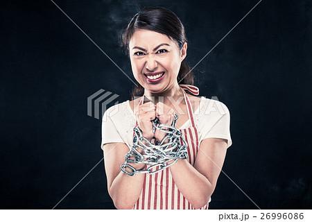 手を鎖で縛られている女性 26996086
