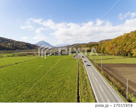 北海道の牧場と一本道(空撮) 27015959