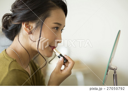 メイクをする若い女性 27050792