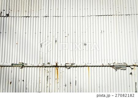 白いトタン板の壁面 27082182