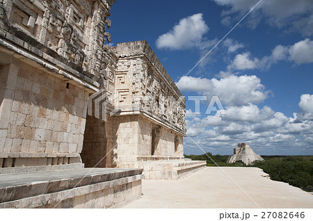 メキシコ ウシュマル遺跡 総督の館から見た魔法使いのピラミッド 27082646