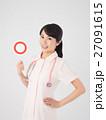マルのプレートを持つ看護師 27091615