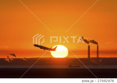 離陸する旅客機と朝陽 27092976