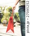 女性 買い物 紙袋の写真 27095252