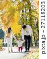 秋の公園を歩く3人家族 27118203