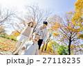 秋の公園で遊ぶ3人家族 27118235