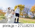 秋の公園で遊ぶ3人家族 27118253