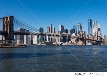 ニューヨークの摩天楼とブルックリン橋 日中 27130520