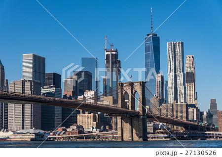 ニューヨークの摩天楼とブルックリン橋 日中 27130526