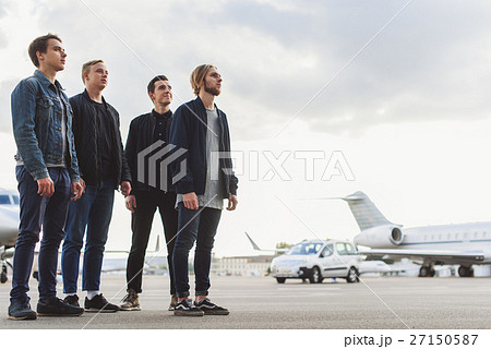 guys waiting for airplane arrivalの写真素材 27150587 pixta
