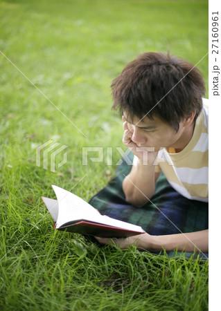 読書する男性 27160961